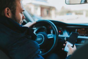 【赤信号でもスマホはNG?!】運転中の時間を有意義にするならオーディブル一択